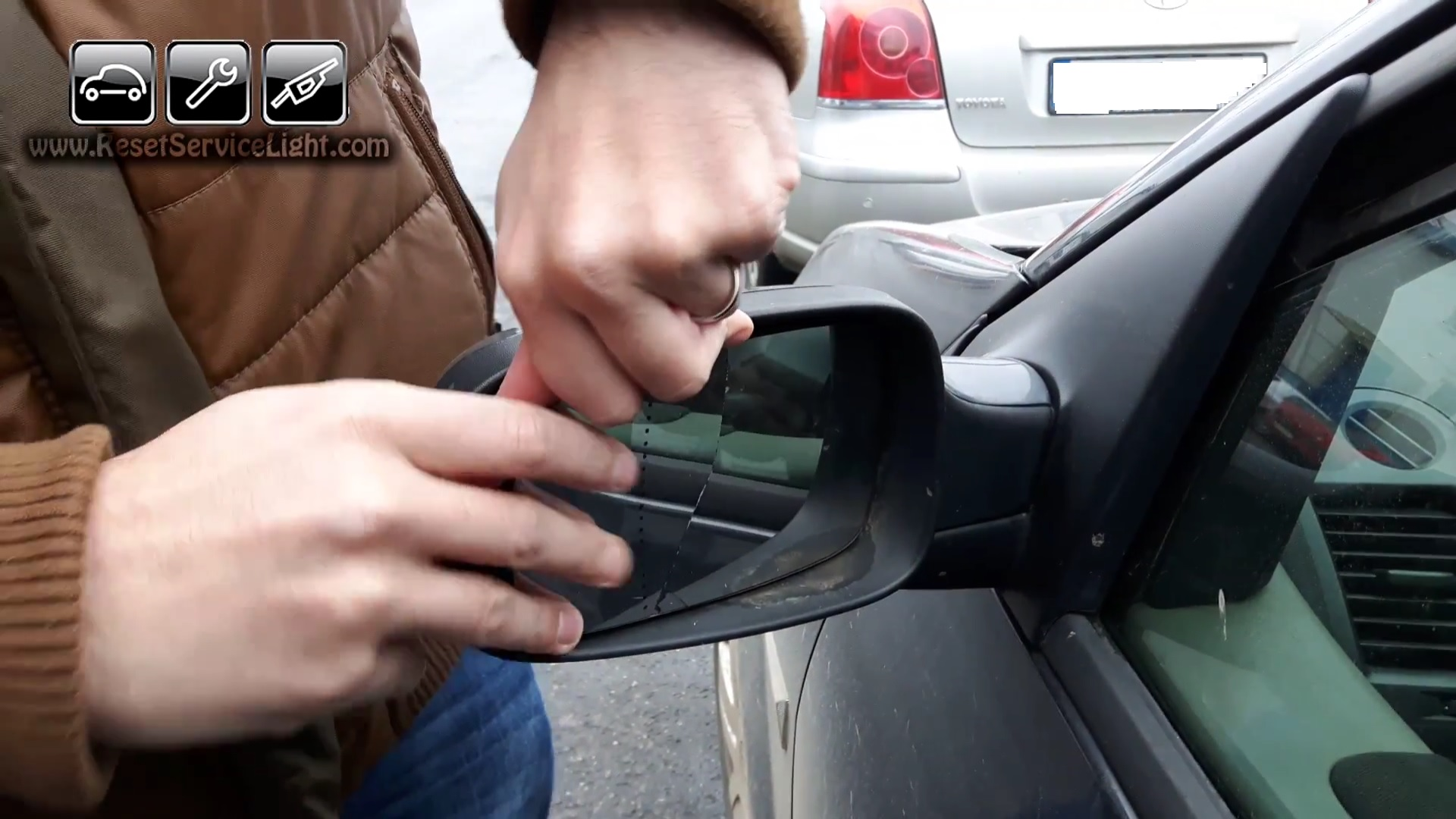 How to replace the glass of the side mirror on Renault