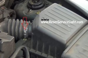 remove-the-clamp-of-the-intake-hose-on-chrysler-pt-cruiser